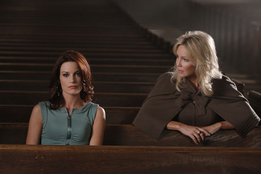 Amanda (Heather Locklear, r.) will ihr Gemälde zurück und würde dafür sogar über Leichen gehen - auch über Sydneys (Laura Leighton, l.) Leiche? - Bildquelle: 2009 The CW Network, LLC. All rights reserved.