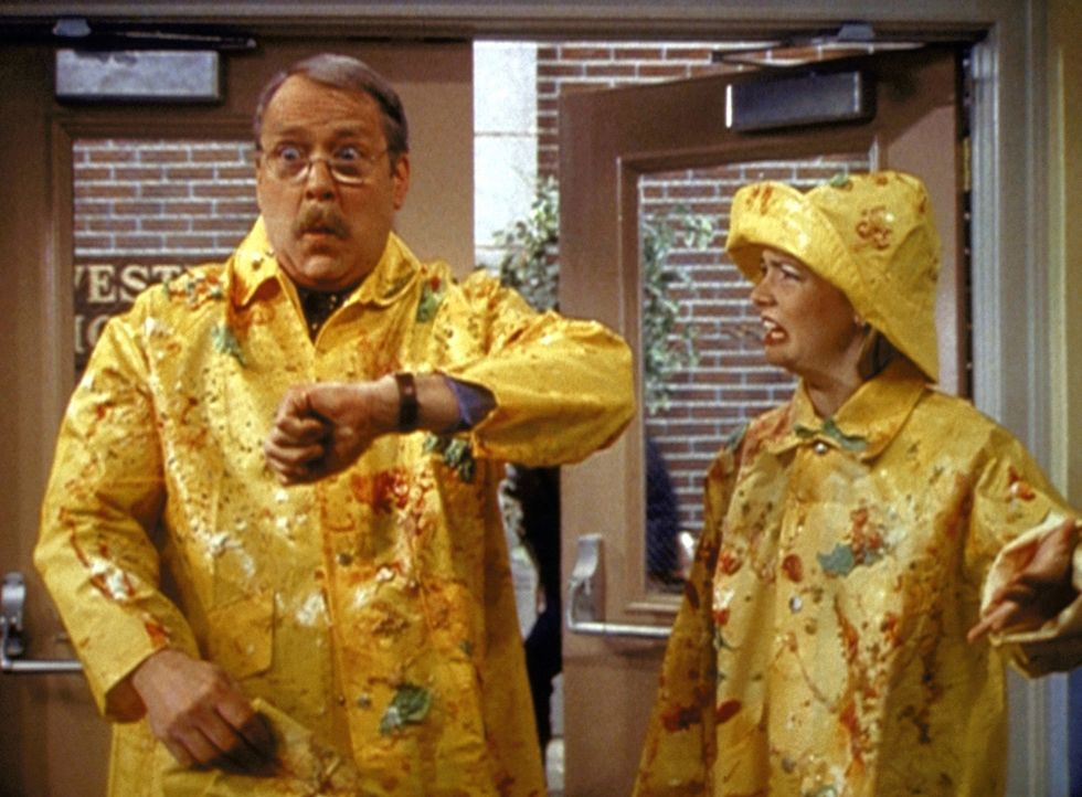 Sabrina (Melissa Joan Hart, r.) muss mit Mr. Kraft (Martin Mull, l.) zur Schule fahren und wird gemeinsam mit ihm mit Abfall beworfen. - Bildquelle: Paramount Pictures