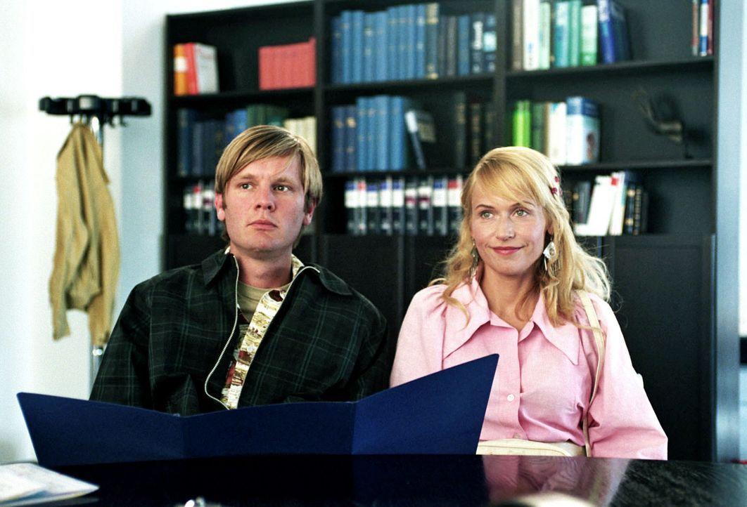 Katrin (Anica Dobra, r.) möchte mit Anfang 20 unbedingt Kinder. Da ihr Mann Martin (Kai Ivo Baulitz, l.) zeugungsunfähig ist, entschließen sich d... - Bildquelle: Sat.1