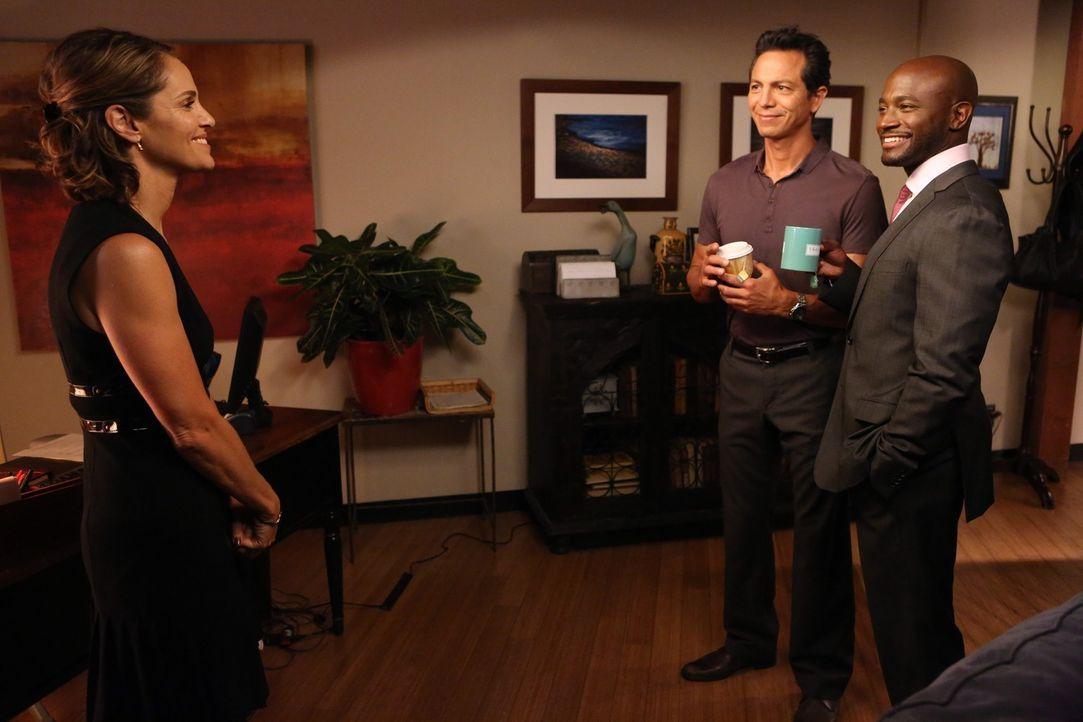 Jake (Benjamin Bratt, M.) und Sam (Taye Diggs, r.) machen sich Sorgen um Violet (Amy Brenneman, l.), die große Schwierigkeiten damit hat, ihr Leben... - Bildquelle: ABC Studios