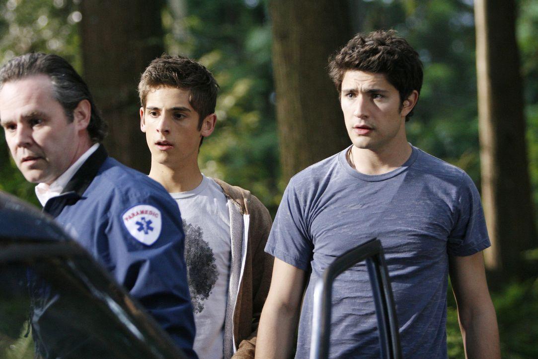 Hoffen auf Rettung für Nicole: Kyle (Matt Dallas, r.) und Josh (Jean-Luc Bilodeau, M.) ... - Bildquelle: TOUCHSTONE TELEVISION