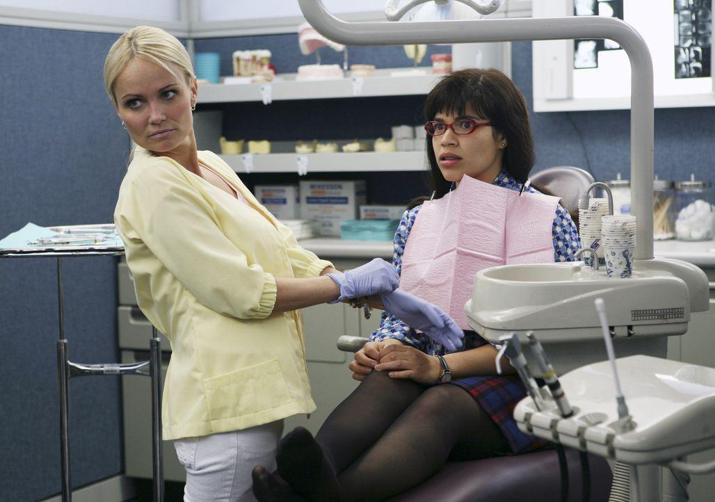 Die attraktive Kiefernorthopädin Diane (Kristin Chenoweth, l.) liebt romantische Komödien - und alle Details aus dem Privatleben ihrer Patienten (Am... - Bildquelle: Buena Vista International Television