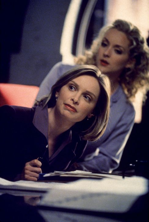 Elaine (Jane Krakowski, r.) spitzt schon mal die Ohren! Ihr entgeht kein Klatsch und Tratsch, das weiß auch Ally (Calista Flockhart, l.) zu gut ... - Bildquelle: Twentieth Century Fox Film Corporation. All rights reserved.