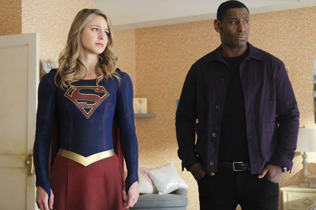 Als sich Kara alias Supergirl (Melissa Benoist, l.) und J'onn (David Harewood, r.) auf den Weg zu Sams Mutter machen, ahnen sie noch nicht, welche I... - Bildquelle: 2017 Warner Bros.