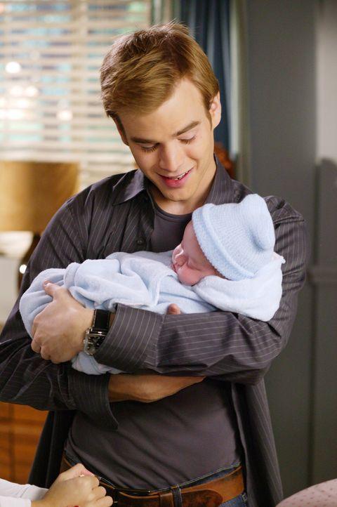 Als Simon (David Gallagher) erfährt, dass sich seine Freundin weiterhin weigert, Sandy bei ihrer bevorstehenden Entbindung zu unterstützen, treibt... - Bildquelle: The WB Television Network