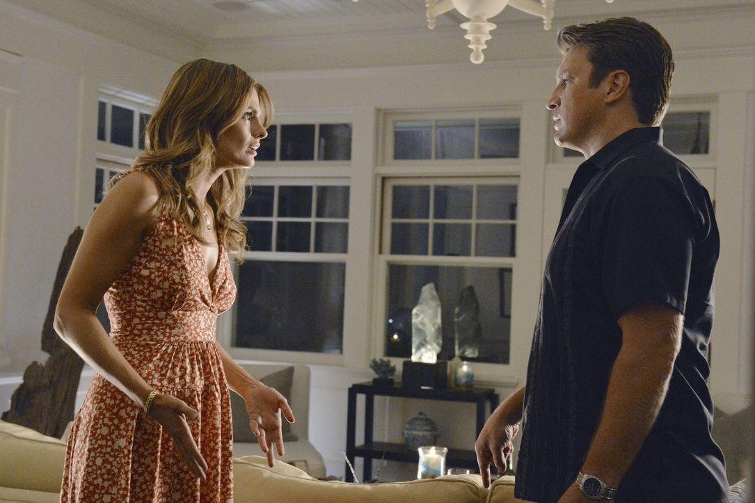 Eigentlich hatten sich Castle (Nathan Fillion, r.) und Beckett (Stana Katic, l.) ihr romantisches Wochenende in den Hamptons etwas anders vorgestell... - Bildquelle: 2012 American Broadcasting Companies, Inc. All rights reserved.