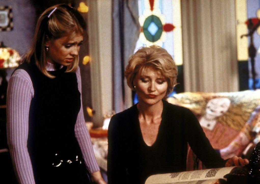 """Sabrina (Melissa Joan Hart, l.) fragt ihre Tante Zelda (Beth Broderick, r.) nach einem Zauberspruch, der aus Libby der """"Cheerleaderin"""" eine Streberi... - Bildquelle: Paramount"""