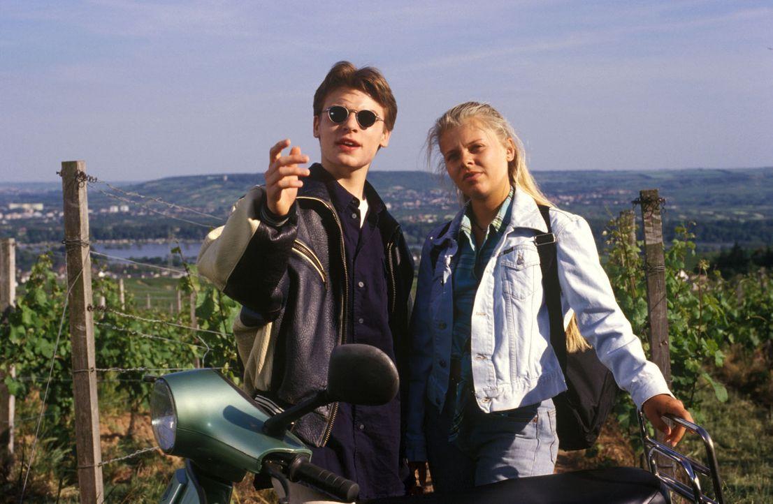 Natalie (Anne Sophie Briest, r.) genießt mit ihrem Freund Max (Tobias Nath, l.) einen Ausflug in die Weinberge. - Bildquelle: Sat.1