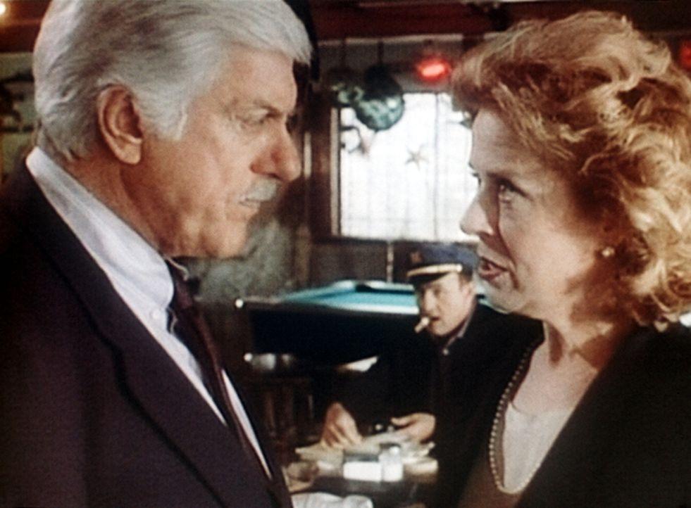 Dr. Sloan (Dick Van Dyke, l.) missfallen Gretchen McCords (Holland Taylor, r.) Methoden, Steuersündern auf die Spur zu kommen. - Bildquelle: Viacom