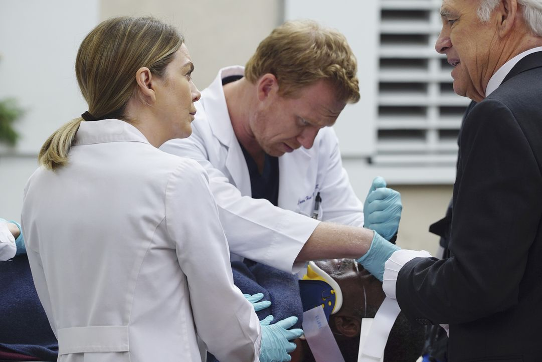 Als Leo Polson (Charles Robinson, liegend) ins Krankenhaus eingeliefert wird, kümmern sich Meredith (Ellen Pompeo, l.) und Owen (Kevin McKidd, M.) u... - Bildquelle: Richard Cartwright ABC Studios