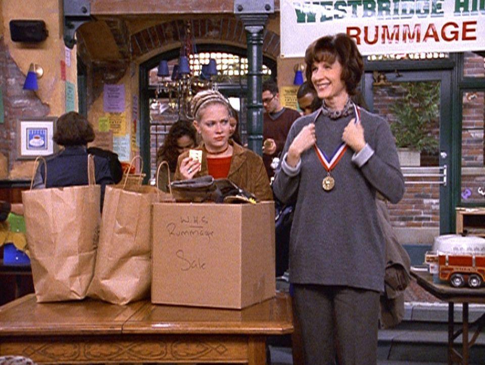 Sabrina (Melissa Joan Hart, l.) und Mrs. Quick (Mary Gross, r.) organisieren einen Flohmarkt zugunsten der Hurrikanopfer in Honduras. - Bildquelle: Paramount Pictures