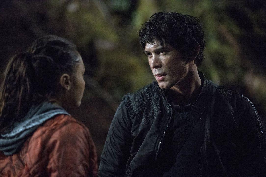 Während Raven (Lindsey Morgan, l.) verzweifelt versucht, das Camp zu schützen, trifft Bellamy (Bob Morley, r.) eine Entscheidung, um ein Mitglied ih... - Bildquelle: Warner Brothers