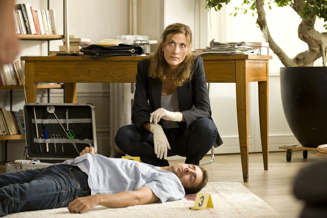 Der Hauptschullehrer Lionel Dugain (Darsteller unbekannt, vorne) wird ermordet. Können der Doc (Valérie Dashwood, hinten) und das Ermittlerteam den... - Bildquelle: Eloïse Legay 2016 BEAUBOURG AUDIOVISUEL