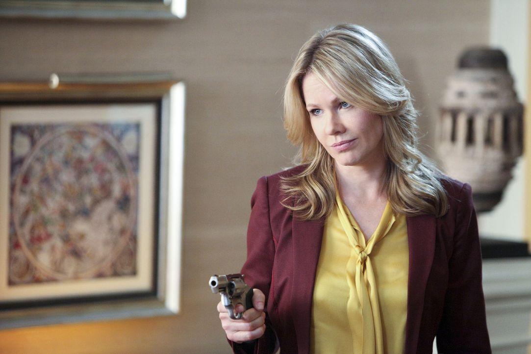 Es scheint für Catherine (Andrea Roth) keinen anderen Ausweg mehr zu geben, als ihre Familie zu erschießen. Wird sie es wirklich tun? - Bildquelle: 2011 THE CW NETWORK, LLC. ALL RIGHTS RESERVED