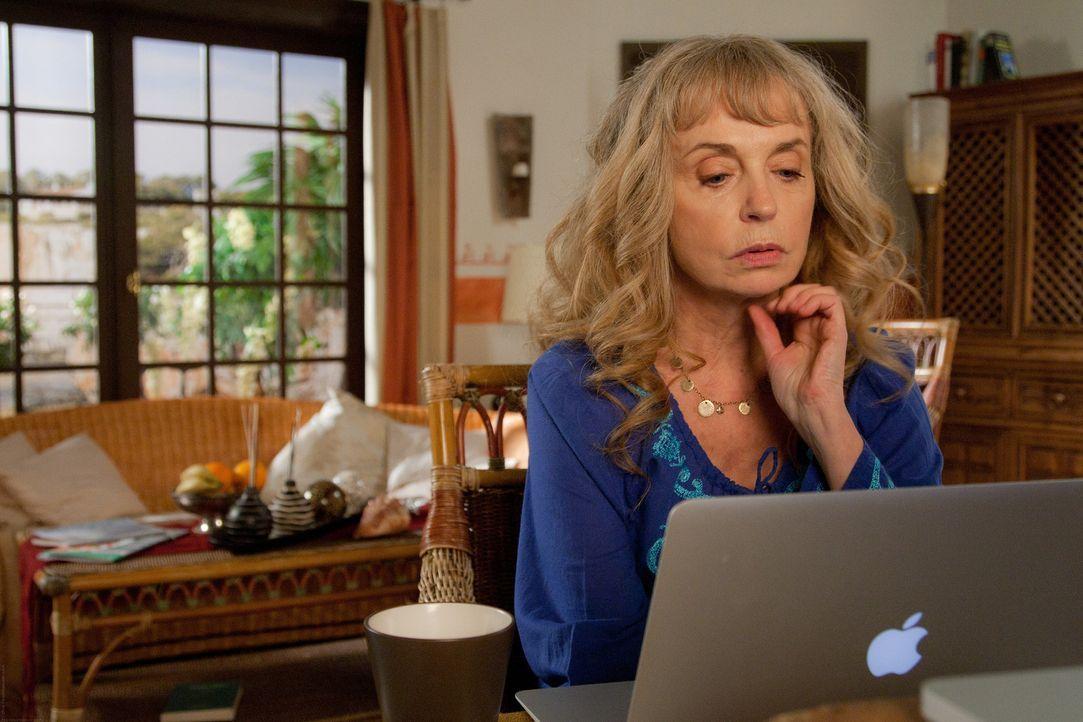 Gisela (Gisela Schneeberger) macht eine unüberlegte Investition ... - Bildquelle: Chris Hirschhäuser TM &   TURNER BROADCASTING SYSTEM. A TIME WARNER COMPANY. ALL RIGHTS RESERVED.