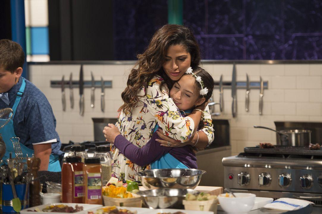 Jurymitglied Camila Alves (l.) spendet der kleinen Köchin Hanna (r.) aus San Francisco Trost, als sie sich in der Küche verbrennt. Wird die tapfere... - Bildquelle: Scott Gries 2015, Television Food Network, G.P. All Rights Reserved