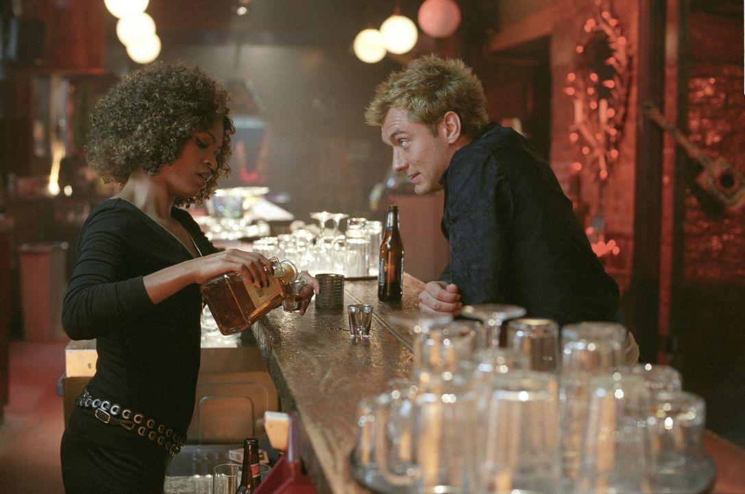 Eigentlich sollte Alfie (Jude Law, r.) zwischen Lonette (Nia Long, l.) und seinem besten Freund vermitteln, doch es kommt ganz anders als geplant ... - Bildquelle: Paramount Pictures