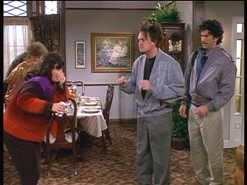 Vor einigen Jahren: Monica (Courteney Cox, l.) ist übergewichtig und kann Chandler (Matthew Perry, 2.v.r.) nicht beeindrucken. - Bildquelle: TM+  2000 WARNER BROS.