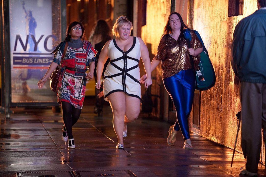"""Wollen eine """"Super Fun Night"""" erleben und werden bitter enttäuscht: Kimmie (Rebel Wilson, M.), Helen-Alice (Liza Lapira, l.) und Marika (Lauren Ash,... - Bildquelle: Warner Brothers"""