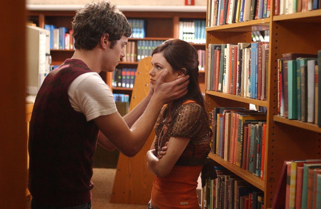 Seth (Adam Brody, l.) weiht Summer (Rachel Bilson, r.) in seinen Plan ein ... - Bildquelle: Warner Bros. Television