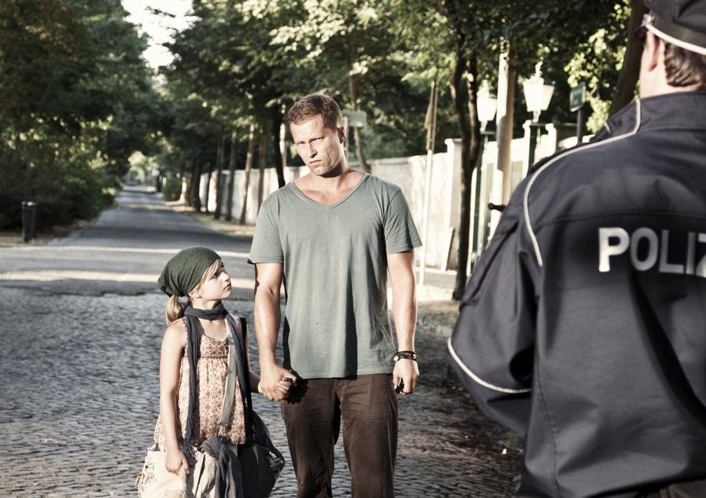 Von einem Tag auf den Anderen wird Henry (Til Schweiger, M.) Vater von einem achtjährigen Mädchen. Magdalena (Emma Schweiger, l.) stellt Henrys Lebe... - Bildquelle: 2012 Warner Brothers