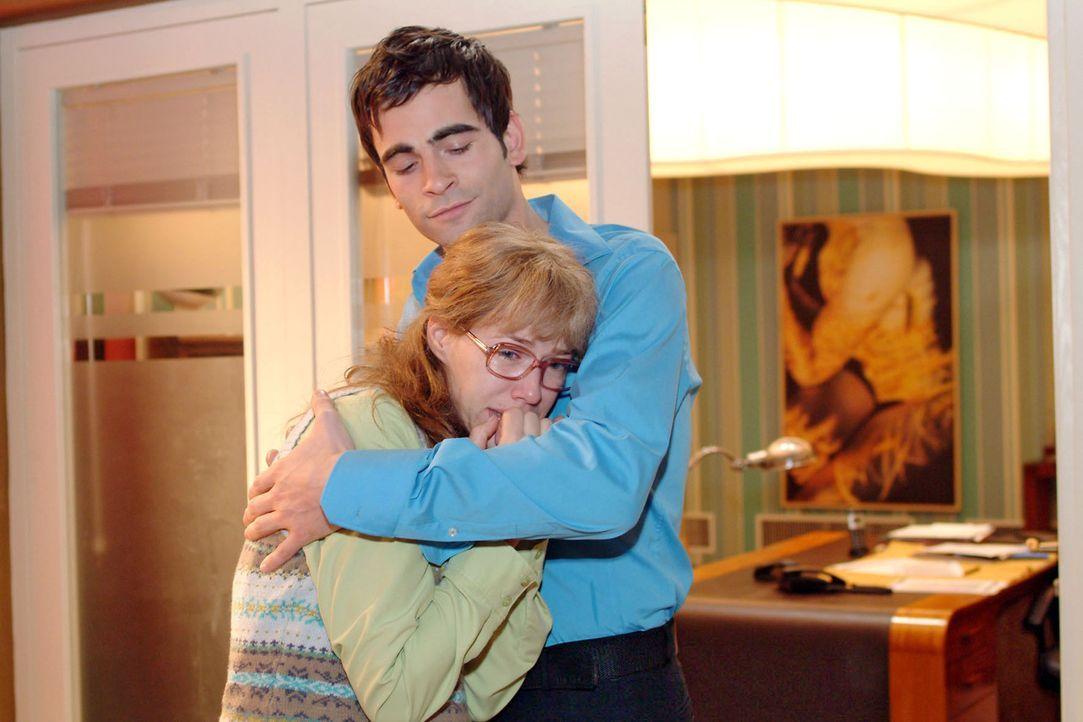 Nachdem Lisa (Alexandra Neldel, l.) weinend an ihrem Schreibtisch zusammengebrochen ist, findet sie plötzlich Trost in Davids (Mathis Künzler, r.)... - Bildquelle: Sat.1