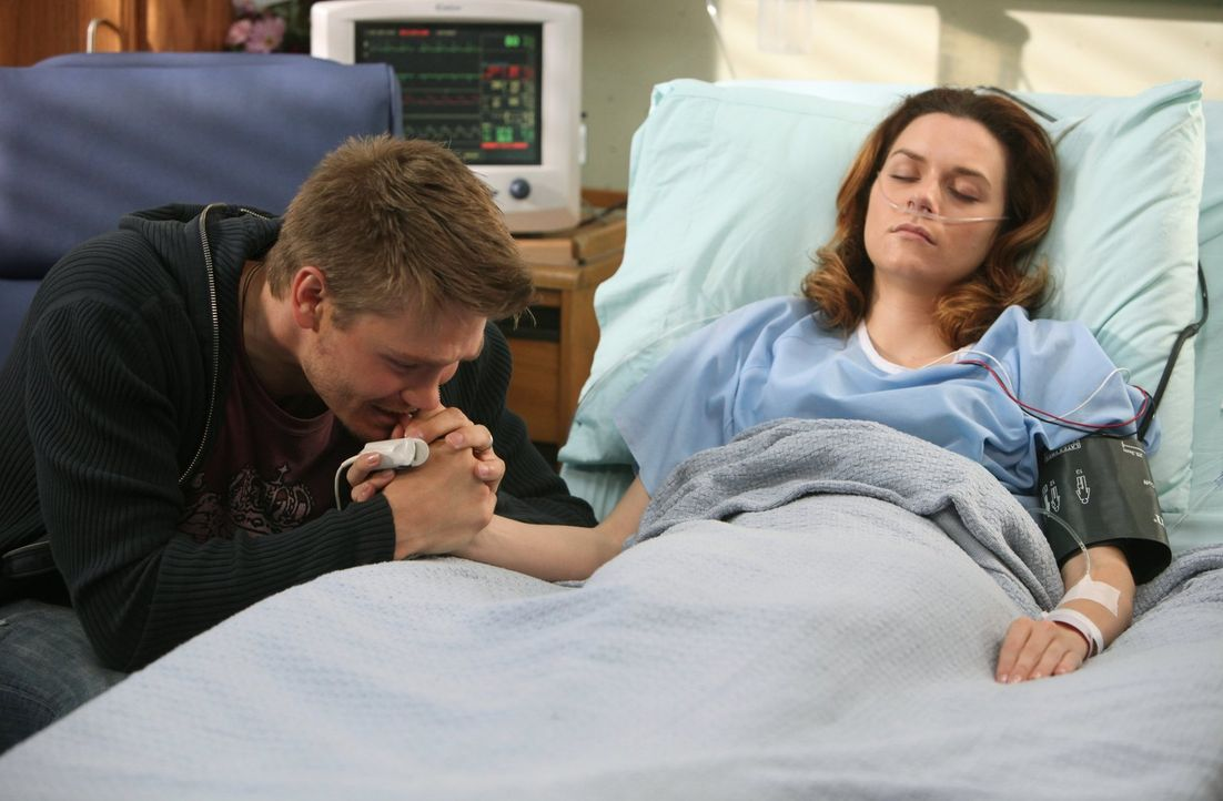 Wird Peyton (Hilarie Burton, r.) jemals wieder aus dem Koma erwachen? Lucas (Chad Michael Murray, l.) will die Hoffnung nicht aufgeben ... - Bildquelle: Warner Bros. Pictures
