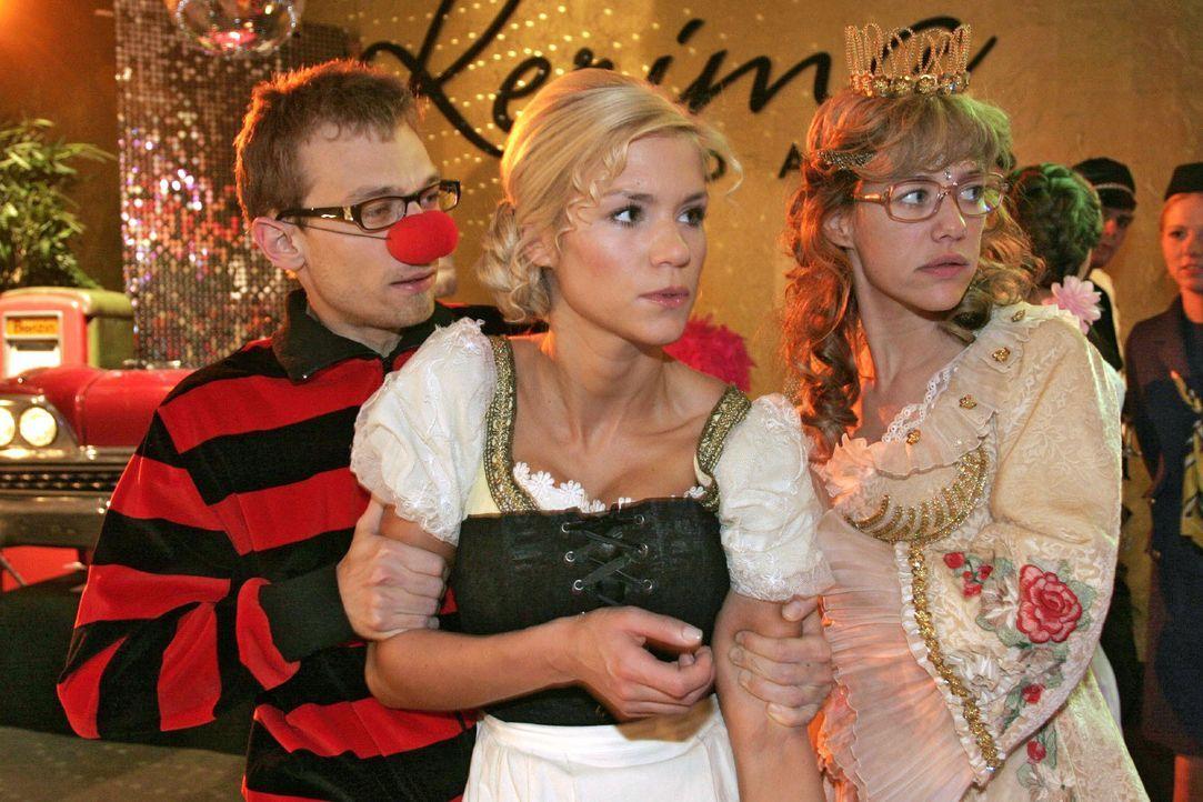 Jürgen (Oliver Bokern, l.) und Lisa (Alexandra Neldel, r.) versuchen Sabrina (Nina-Friederike Gnädig, M.) vom aufgebrachten Richard zurückzuhalten.... - Bildquelle: Noreen Flynn SAT.1 / Noreen Flynn