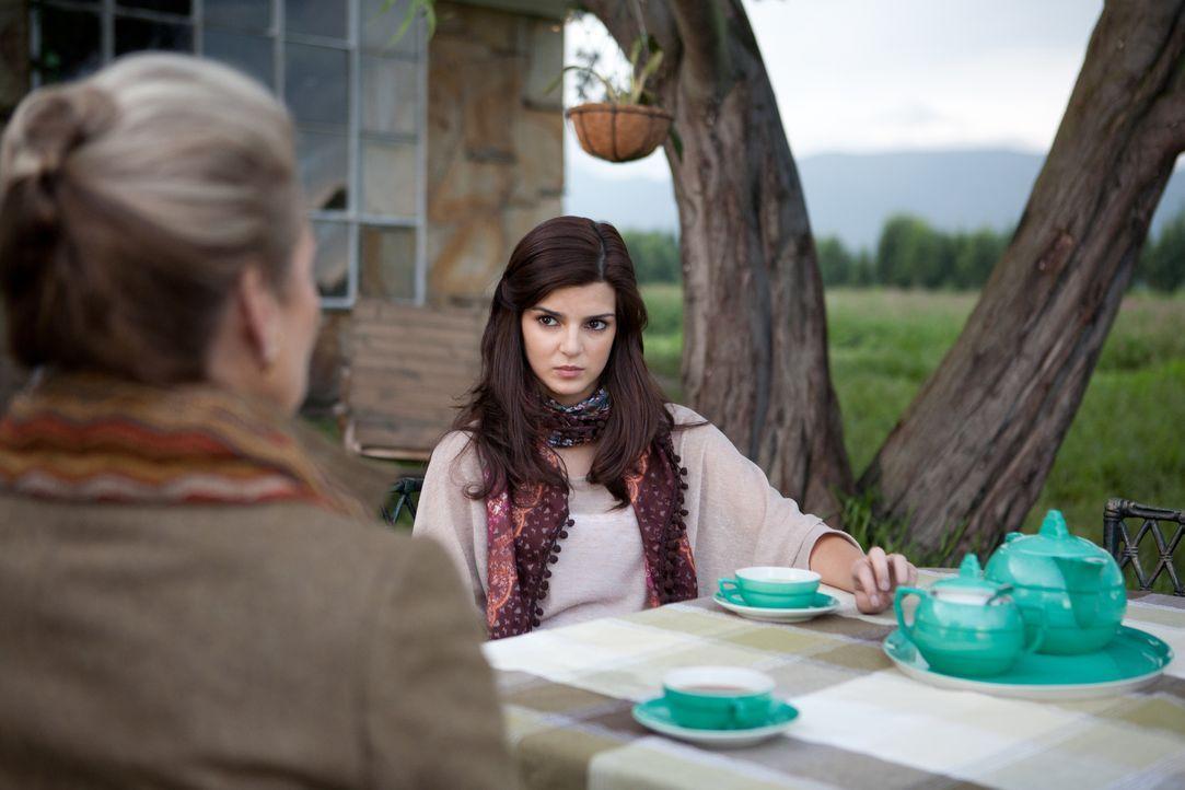 Von Emma (Alexandra Stewart, l.), der Vermieterin ihres Hauses, erfährt Belén (Clara Lago, r.), dass sich im Haus ein verborgener Raum befindet. Ang... - Bildquelle: Twentieth Century Fox Film Corporation. All rights reserved.