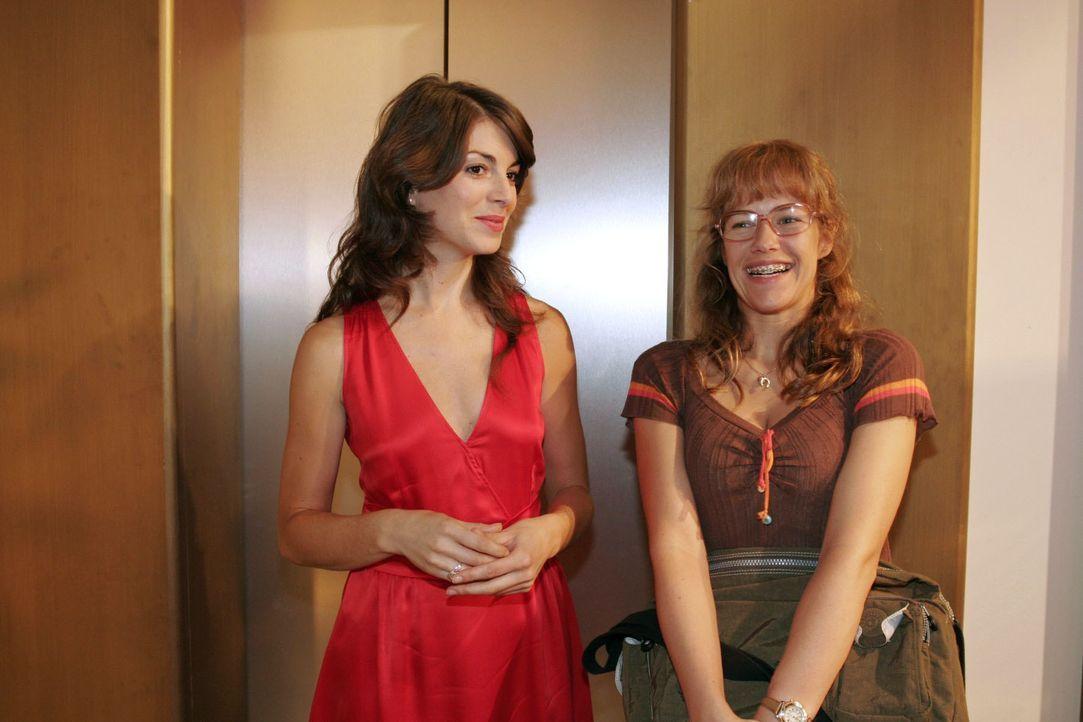Beide ein bisschen klüger, gehen Lisa (Alexandra Neldel, r.) und Mariella (Bianca Hein, l.) gleichzeitig einen Schritt aufeinander zu. (Dieses Foto... - Bildquelle: Noreen Flynn SAT.1 / Noreen Flynn