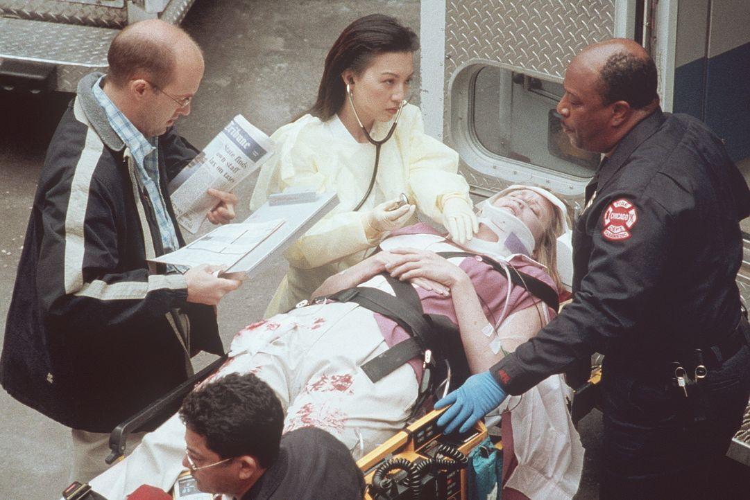 Vor der Notaufnahme nehmen Greene (Anthony Edwards, l.) und Chen (Na-Ming, M.) Verwundete entgegen. - Bildquelle: TM+  2000 WARNER BROS.