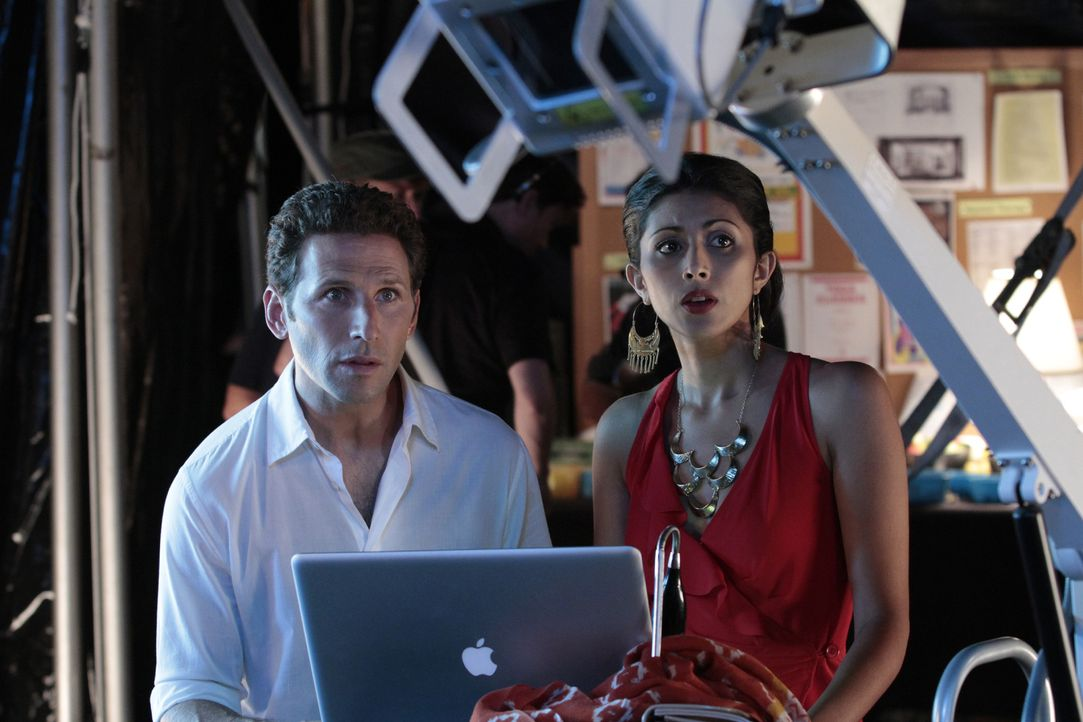 Hank (Mark Feuerstein, l.) findet die Ursache für seine Bauchschmerzen. Unterdessen hat Divya (Reshma Shetty, r.) mit der Männerwelt zu kämpfen ... - Bildquelle: Giovanni Rufino 2011 Open 4 Business Productions, LLC. All Rights Reserved.