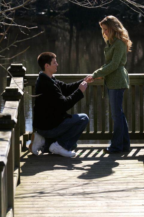 Nathan (James Lafferty, l.) gesteht Haley (Bethany Joy Galeotti, r.) seine Liebe und macht ihr erneut einen Heiratsantrag ... - Bildquelle: Warner Bros. Pictures