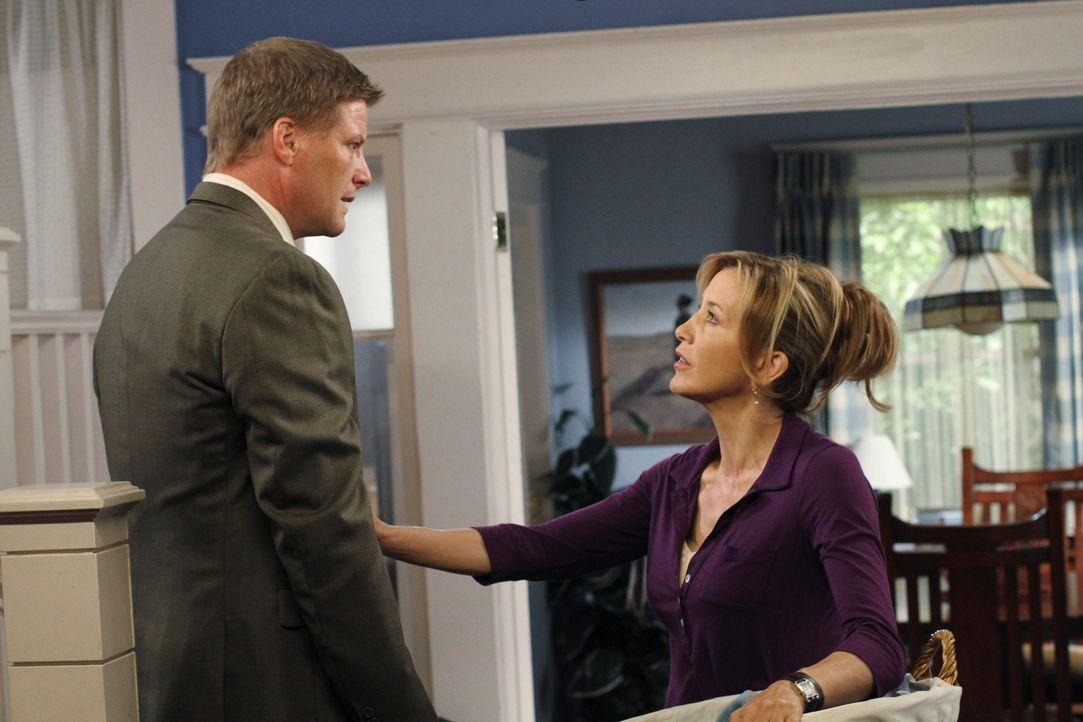 Tom (Doug Savant, l.) leidet stark unter seinen Wochenbettdepressionen und Lynette (Felicity Huffman, r.) versucht alles Mögliche, um ihren Mann auf... - Bildquelle: ABC Studios