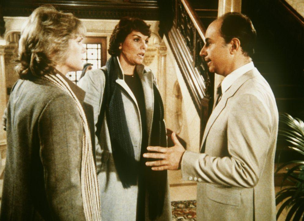 Vergeblich fordern Cagney (Sharon Gless, l.) und Lacey (Tyne Daly, M.) die Auslieferung Hassan Ben Moqtadis. Er hat sich in die Botschaft seines Lan... - Bildquelle: ORION PICTURES CORPORATION. ALL RIGHTS RESERVED.