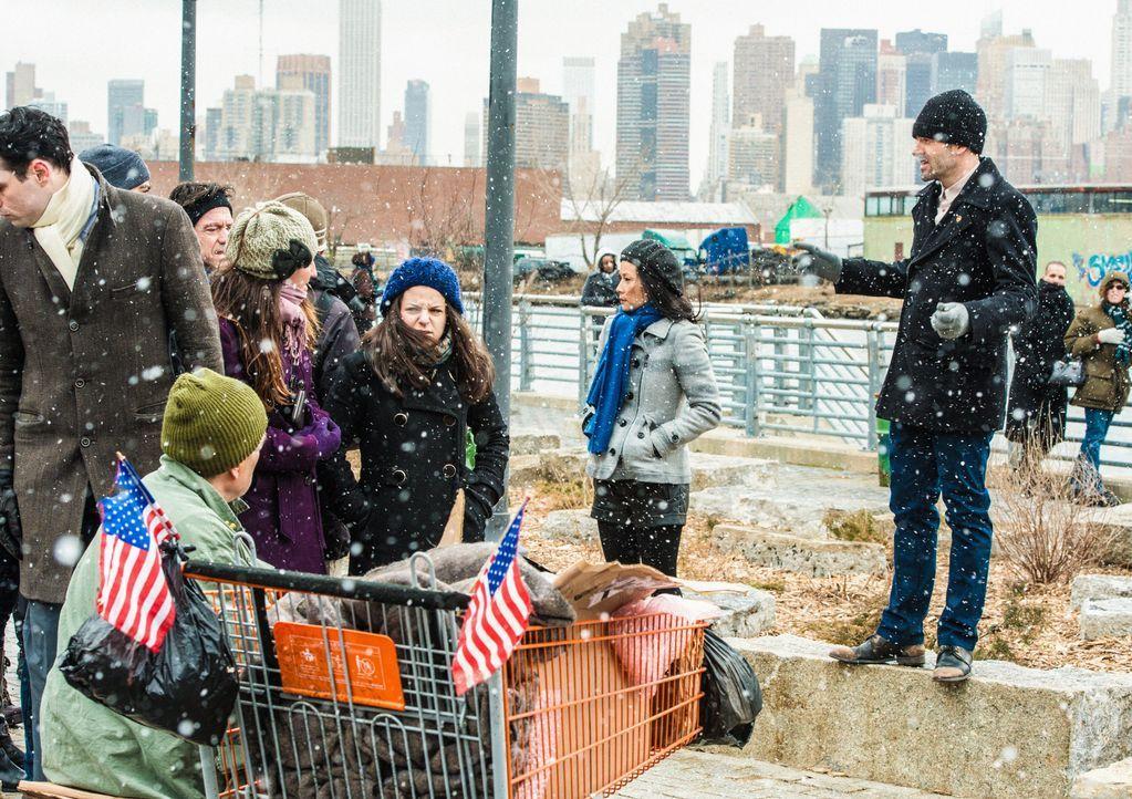 Während eines heftigen Schneesturms, versuchen Sherlock Holmes (Jonny Lee Miller, r.) und Joan Watson (Lucy Liu, 2.v.r.), einen Geldtresorraub zu ve... - Bildquelle: CBS Television