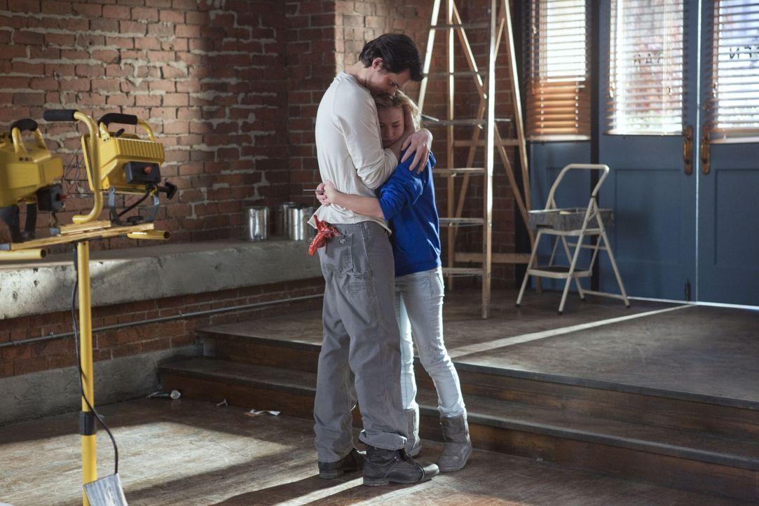 Lux (Britt Robertson, r.) entschuldigt sich bei Baze (Kristoffer Polaha, l.) für ihr unangebrachtes Verhalten ... - Bildquelle: The CW   2010 The CW Network, LLC. All Rights Reserved