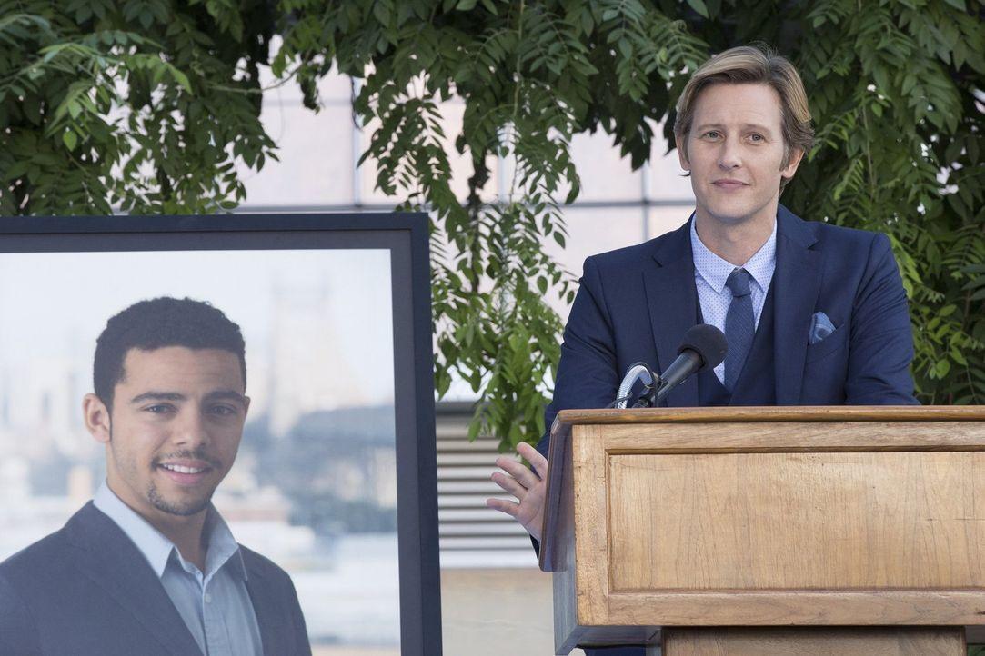 Shane (Gabriel Mann), der Businesspartner des Mordopfers, hält eine Rede auf der Beerdigung. Doch hat er etwas zu verbergen? - Bildquelle: 2015 Warner Bros. Entertainment, Inc.