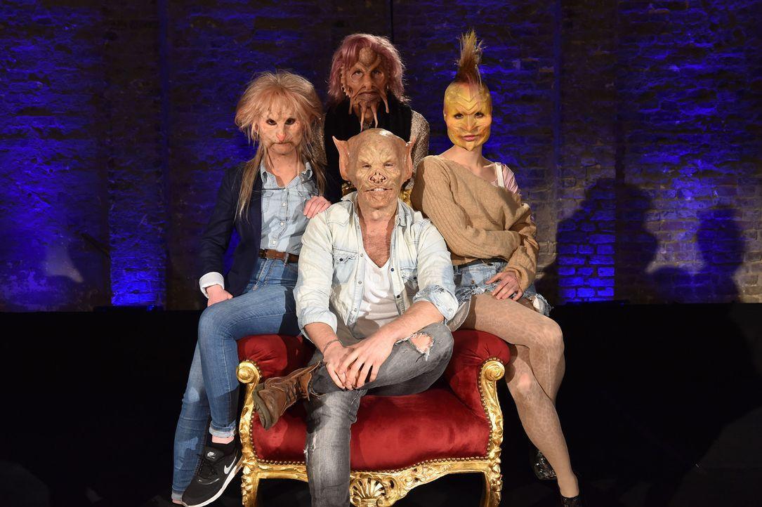 Für wen wird sich Tobias (vorne) entscheiden? Sophia (l.), Melanie (M.) und Laura (r.) haben neben kuriosen Masken noch vieles mehr zu bieten ... - Bildquelle: Andre Kowalski Sixx