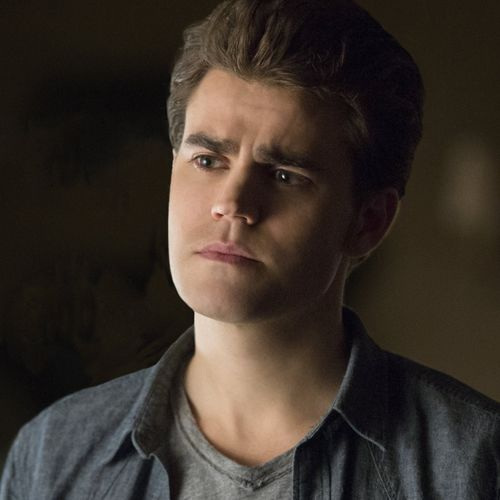 Vampire Diaries Früher und Heute: Stefan Heute - Bildquelle: © Warner Bros. Entertainment Inc