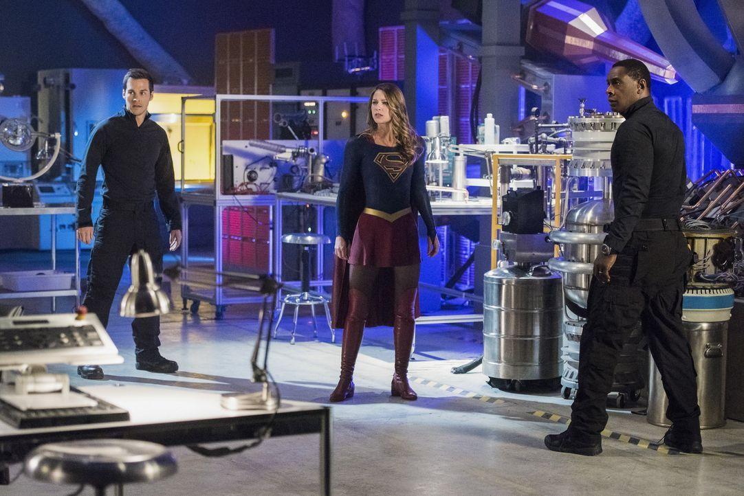 Als National City angegriffen wird, machen Supergirl (Melissa Benoist, M.), J'onn (David Harewood, r.) und Mon-El (Chris Wood, l.) eine interessante... - Bildquelle: 2016 Warner Brothers