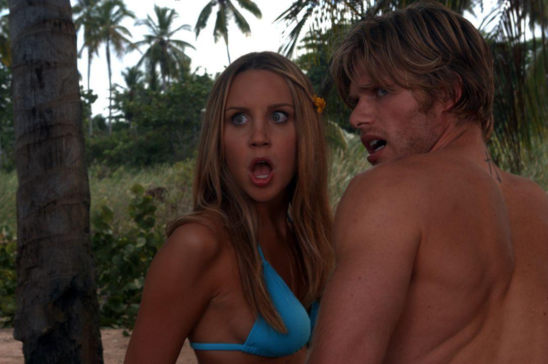 Noch wähnen sich Jason (Chris Carmack, r.) und Jenny (Amanda Bynes, l.) auf einer einsamen Insel, auf der sich lediglich eigenartiges Getier aufhält... - Bildquelle: Media 8 Entertainment