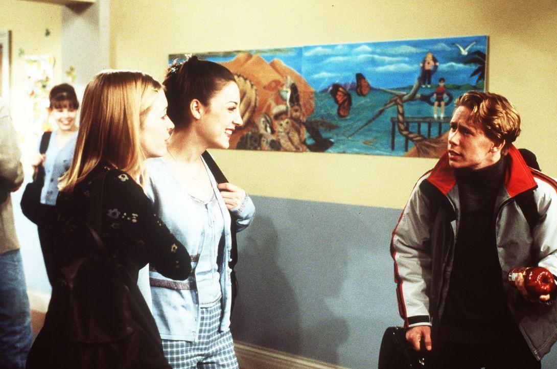 Sabrina (Melissa Joan Hart, l.) stellt Salem alias Gordie (Curtis Andersen, r.) ihre Freundin Valerie (Lindsay Sloane, M.) vor. - Bildquelle: Paramount Pictures