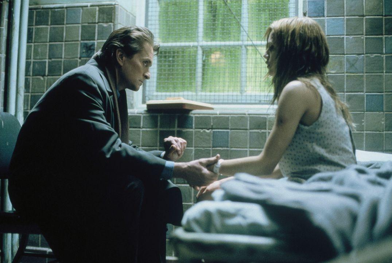 Dr. Nathan Conrad (Michael Douglas, l.) redet auf die traumatisierte Elisabeth (Brittany Murphy, r.) ein - denn nur sie kann das Leben seiner entfü... - Bildquelle: 20th Century Fox Film Corporation