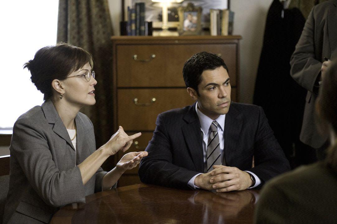 Blutspuren und eine verschwundene Leiche. Scott (Danny Pino, r.) versucht gemeinsam mit seinen Kollegen den Fall zu lösen und befragt dazu durch Dea... - Bildquelle: Warner Bros. Television