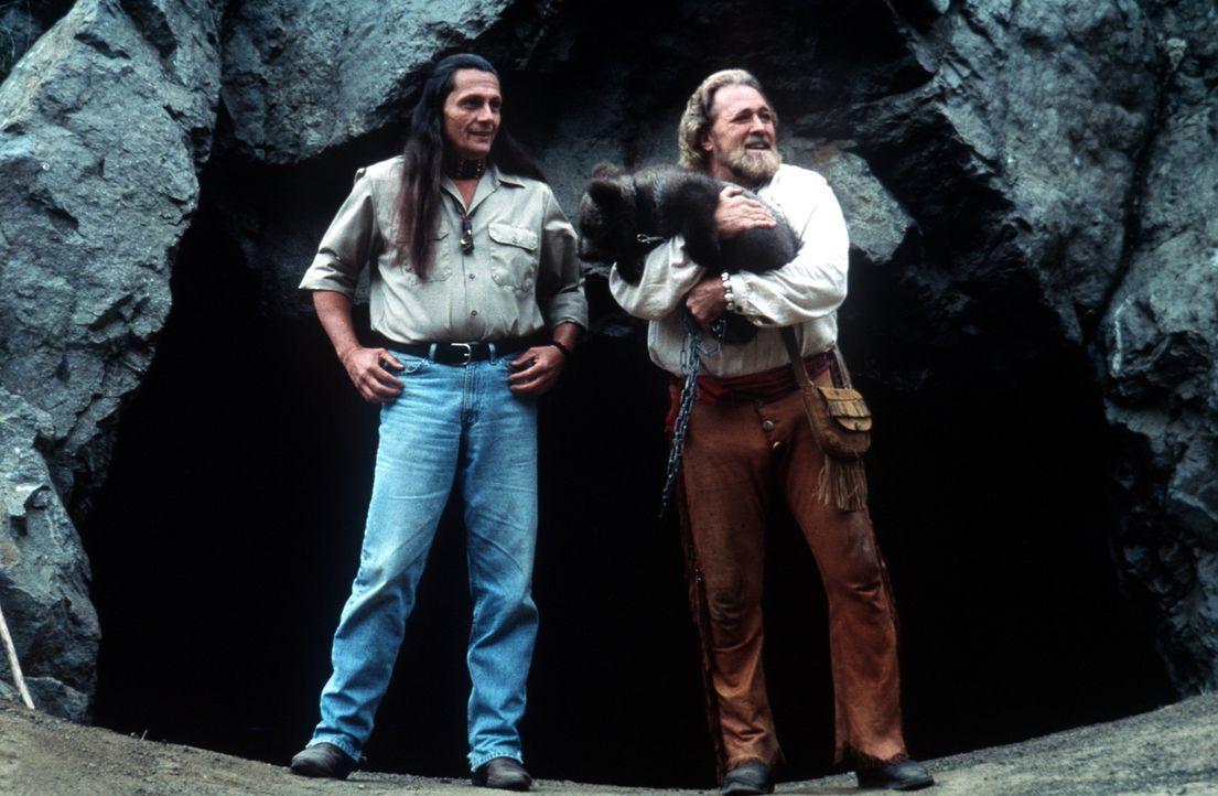 Jeremiah (Dan Haggerty, r.) und sein treuer Freund (Nik Winterhawk, l.) fühlen sich in ihrem Naturparadies pudelwohl ... - Bildquelle: Miracle Entertainment