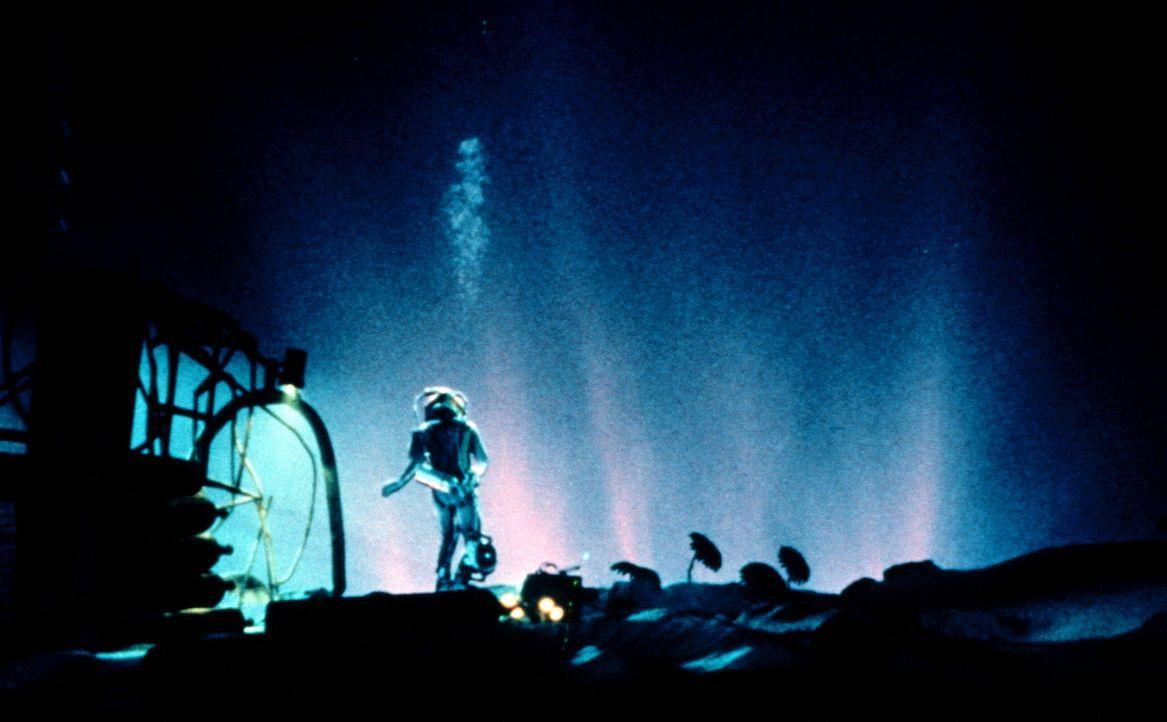 Auf dem Meeresboden entdeckt Brigman (Ed Harris) etwas schier Unglaubliches ... - Bildquelle: 20th Century Fox