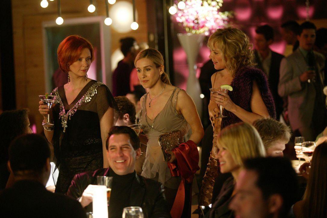 Eines Tages lädt Samantha (Kim Cattrall, r.) ihre Freundinnen Miranda (Cynthia Nixon, l.) und Carrie (Sarah Jessica Parker, M.) in ein neues vegeta... - Bildquelle: Paramount Pictures