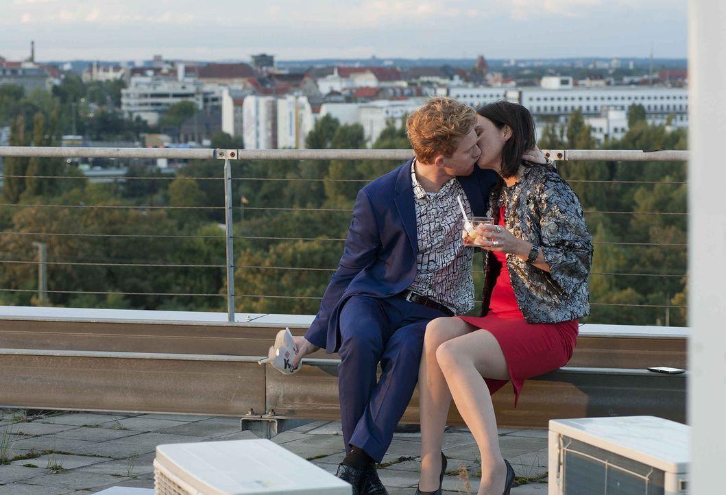 Noch ist die Welt von Nicky (Katharina Müller-Elmau, r.) und Sascha (Lucas Prisor, l.) völlig in Ordnung, doch dann gelingt es dem jungen Kollegen,... - Bildquelle: Britta Krehl SAT.1