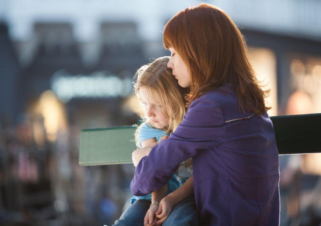 Chloé (Odile Vuillemin, r.) versucht, der kleinen Lili (Fanie Zanini, l.) Halt zu geben ... - Bildquelle: Jaïr Sfez 2012 BEAUBOURG AUDIOVISUEL